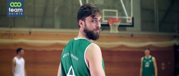 Baskettball-Spieler in Teamtrikots