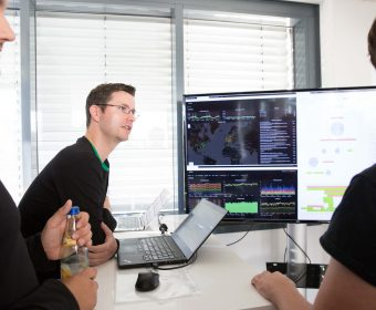 Jens Hedlich vor Monitor Open IT Spreadshirt